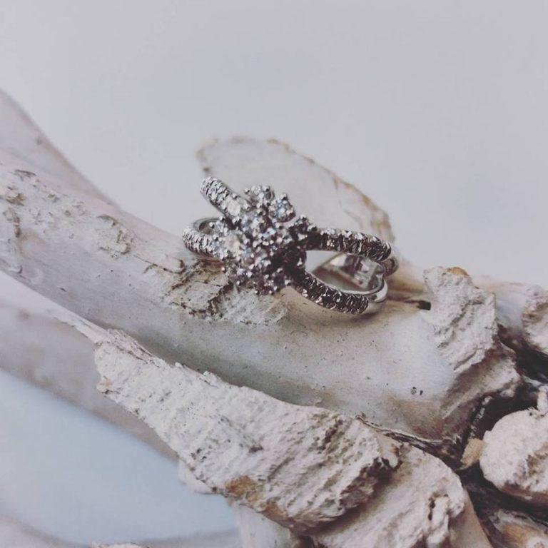 anello fiore con diamanti