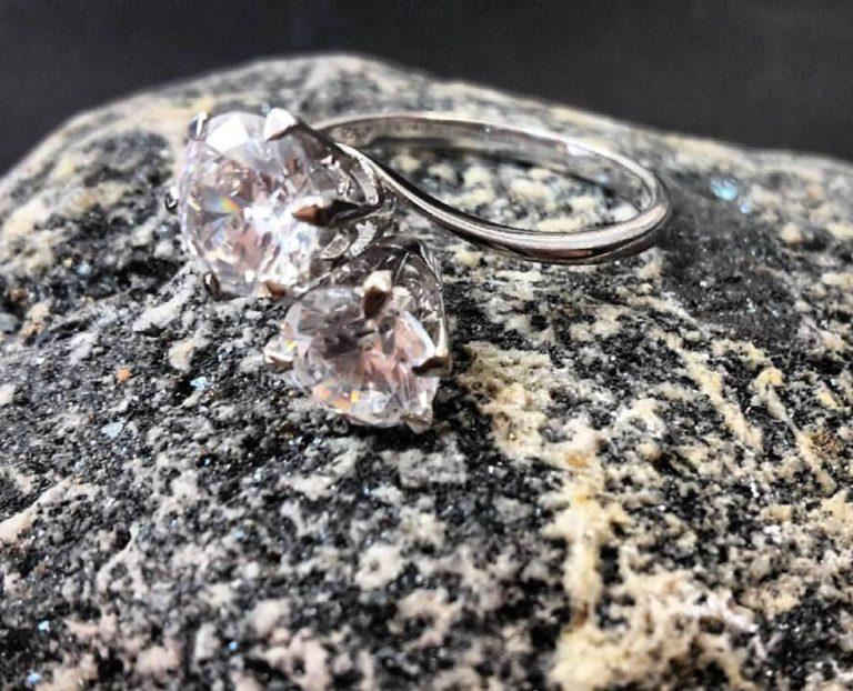 anello oro bianco con zirconi
